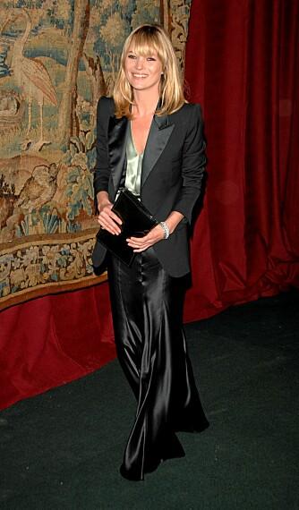 BLANDER STILER: Et av Kates råd er å blande forskjellige stiler, sånn som her hvor hun har en herreblazer over en fotsid silkekjole.