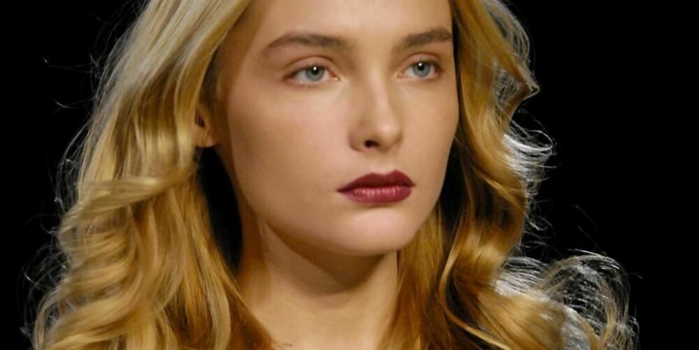MØRKE LEPPER: Under Gai Mattiolo Ready-to-Wear visning i Paris, var modellene sminket med lyse øyne og plommerøde lepper.
