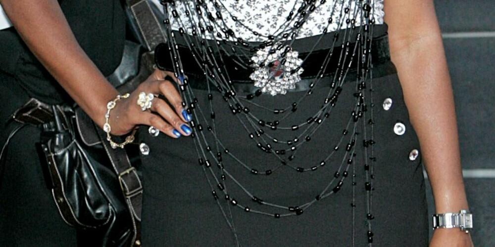 STRASS OG BLÅTT: Alle strass smykkene blir i meste laget, og den blå neglelakken passer ikke inn.