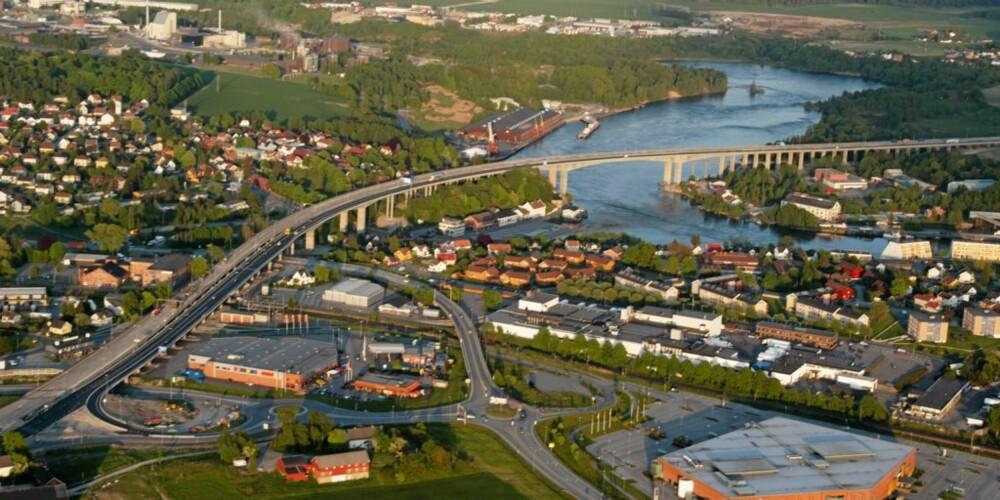 SARPSBORG: Slik ser den nye, 2,3 kilometer lange E6-strekningen ved Sarpsborg ut fra lufta. Den nye Sandesundbrua, ved siden av den gamle, utgjør 1,5 kilometer av strekningen.