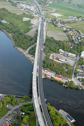 SANDESUND: Den nye brua over Glomma ved Sarpsborg var en av de siste delene av E6-prosjektet i Østfold. Siden i sommer har den gamle brua vært under rehabilitering.