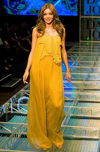 TRENDY: Up-and-coming supermodell Miranda Kerr med midtskill på catwalken for David Jones.