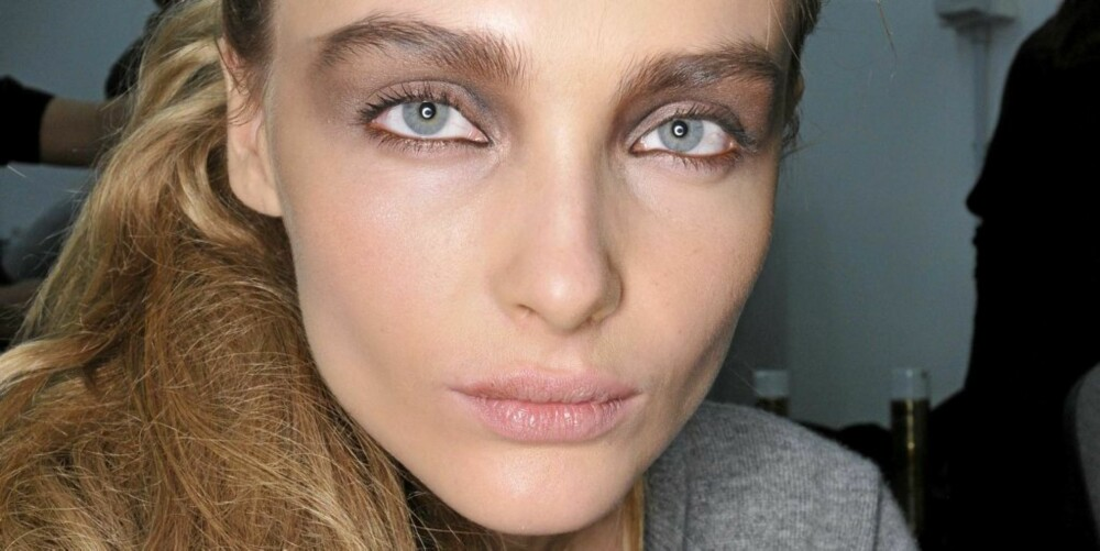 BUSTETE: Fendi kombinerer store, bustete øynebryn med brun øyneskygge og duse lepper.