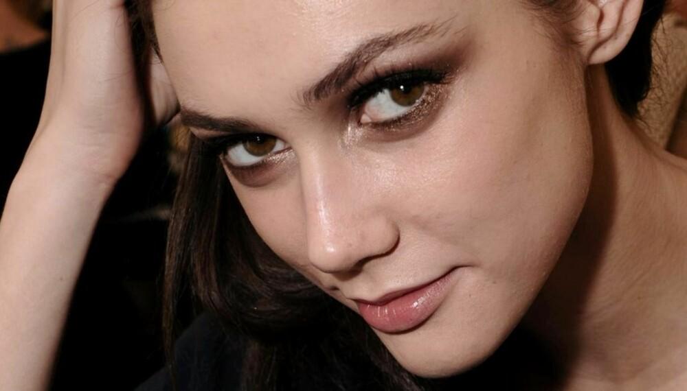 MAKEUPTREND: Versace satser på markante øyne og øynebryn.
