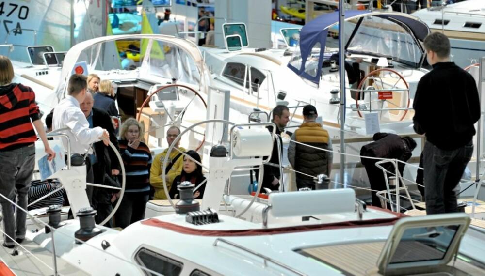 INGEN KRISE: Båtprodusentene satser stort på å vise seg frem, selv i disse nedgangstider.