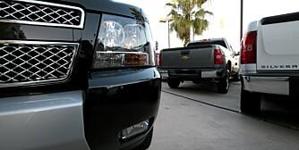 Amerikanske størrelser: Svære pickuper tronet på toppen av salgslista i USA også i fjor - som vanlig. Dette bildet er tatt hos en Chevrolet-forhandler i Santa Monica. Silverado (t.h) er den nest mest solgte.