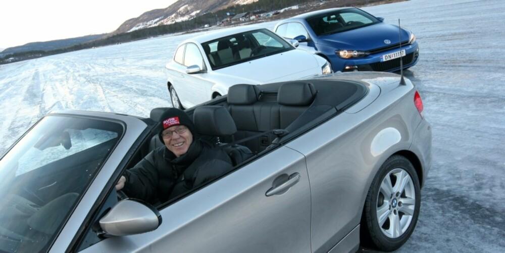 UNGDOMMELIG SMIL: Testsjef Kjell Magne Aalbergsjø tok på seg ungdomsmasken for å teste biler for de unge på Dagali.