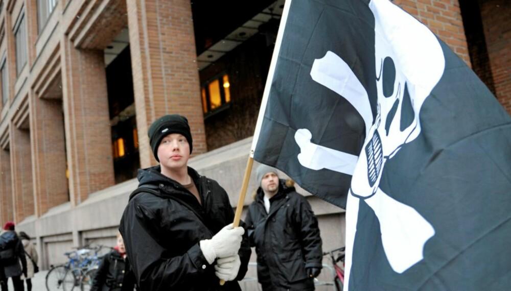 PIRATER MOT RETTEN: Demonstranter utenfor Tingretten i Stockholm mandag før starten av rettssaken mot personene bak Pirate Bay. Telenor nekter å sperre Pirate Bay ute, og nå varsler platebransjens internasjonale organisasjon (Ifpi) sak mot teleselskapet.