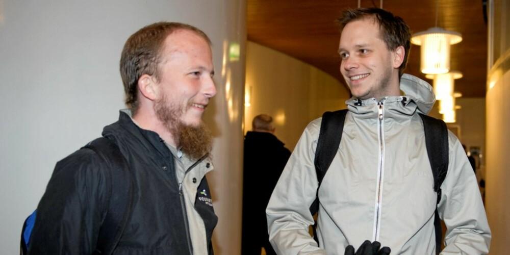 PIRATENE: Gründerne  Peter Sunde ( til høyre) og Gottfrid Svartholm Warg ankommer  Tingretten i Stockholm mandag før starten av rettssaken mot personene bak det svenske fildelingsnettstedet Pirate Bay. Foto:  Bertil Ericson / SCANPIX