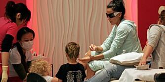 BARNEVENNLIG? Katie Prices to minste barn leker i salongen der de ansatte bruker maske for å beskytte seg mot de sterke kjemikaliene.