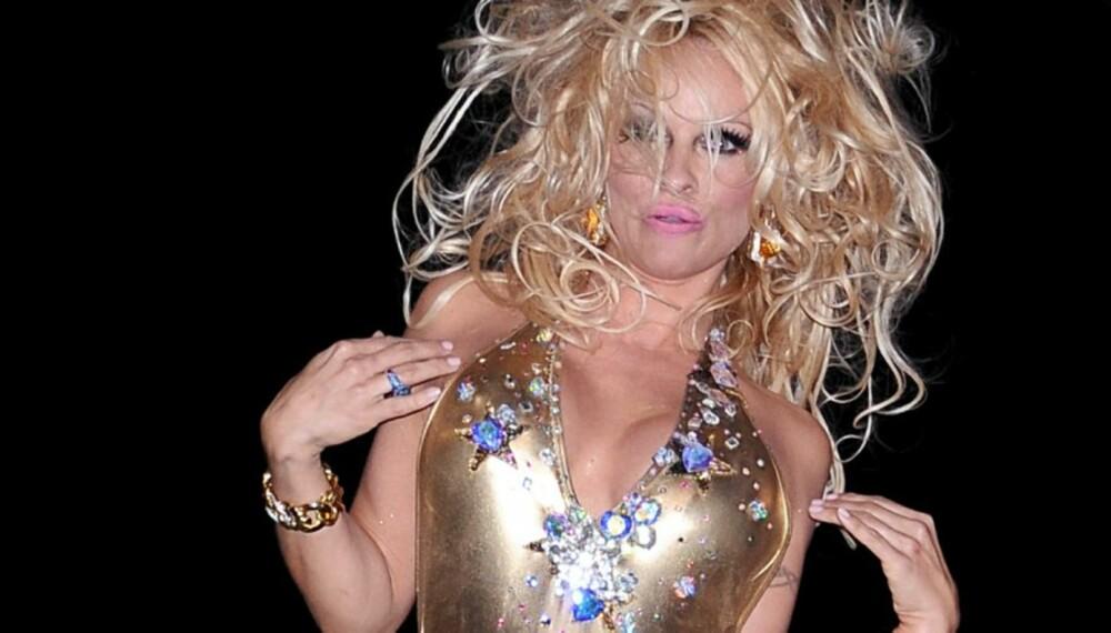 HOPP OG SPRETT: Pamela Anderson hoppet og danset seg nedover catwalken på onsdag.