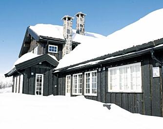 Hyttas utforming gjør sitt til at den relativt store hyttekroppen ikke virker ruvende.
