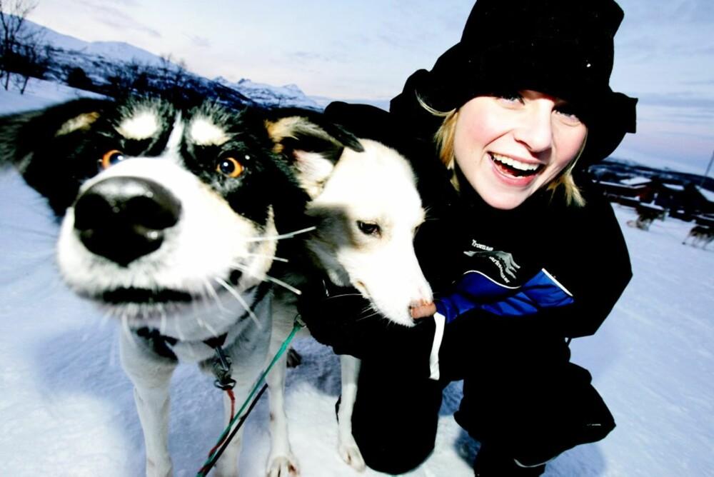 KOSE: Journalist Hanne Mette Walhovd gir hundene en klapp i pausen.