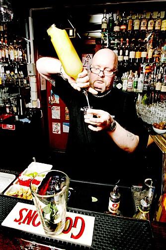 STRENG: - Jeg serverer ikke Vodka Battery her. Det er for folk uten smaksløker, sier Tom Arne Hermansen på Abboteke bar.