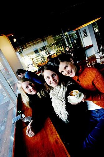 BEST I BY'N: Venninne Marianne Næss, Yvonne Sortland og Guro heggtveit snakker varmt om Kaffebønna. - Her er Tromsøs beste kafe!