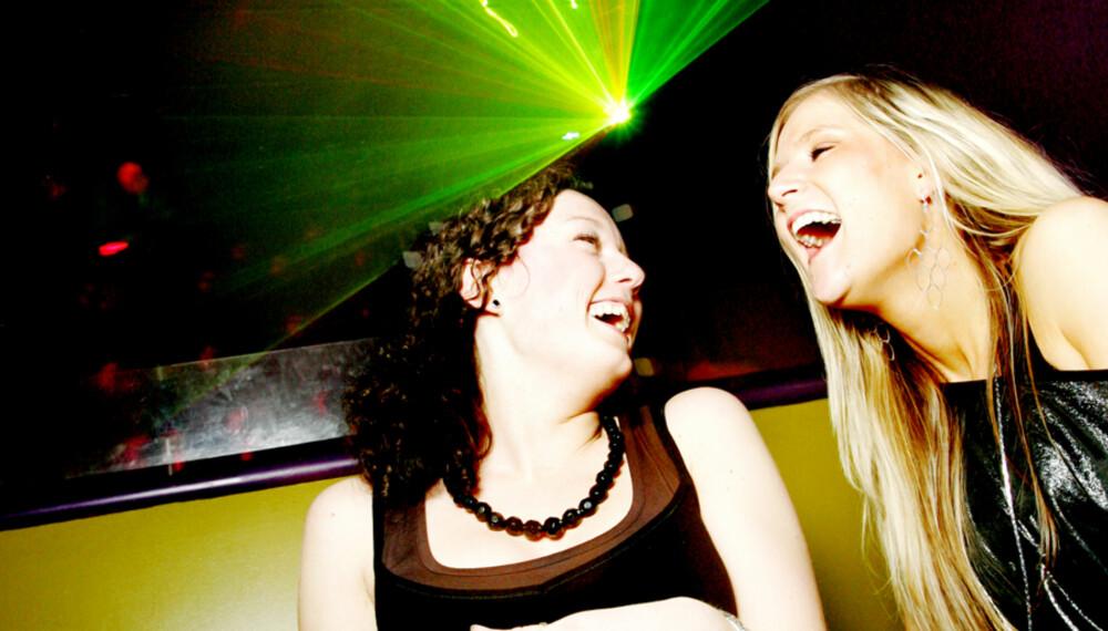FESTFINE: Venninnene Kaia Charlotte Olsen (24) og Irene Bårdsen (23) vrikker på rumpa på dansegulvet på Strut: - Utelivet i Tromsø er mye bedre enn i Oslo, fastslår de.