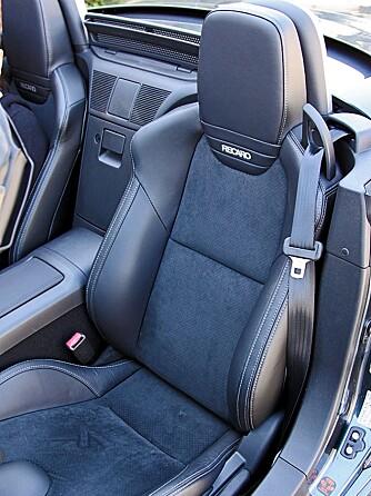 Toppmodellen har seter fra Recaro som standard. De omslutter kroppen på en helt sportsbil-riktig måte.