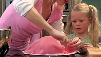 GJØRE NOE SAMMEN: Ønsker den lille prinsessen seg verdens flotteste prinsessekake, kan dere lage en fra bunnen av sammen. Det er ikke så vanskelig som det ser ut som!