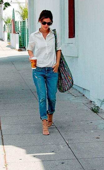 BOYFRIENDBUKSER: Rachel Bilson kjører boyfriendbuksestilen med gulrotformede jeans.