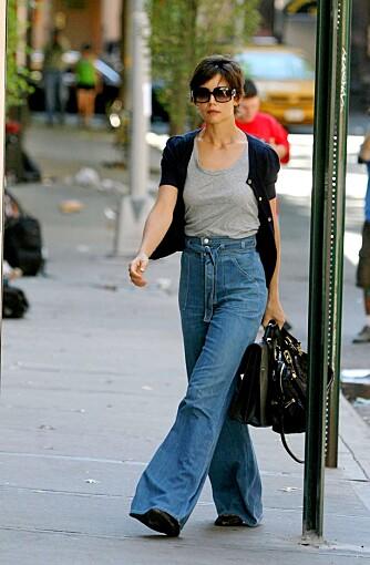 VIDE BUKSER: Katie går ikke av veien for nye buksefasonger. Her lekkert antrukket i kule vide jeans.