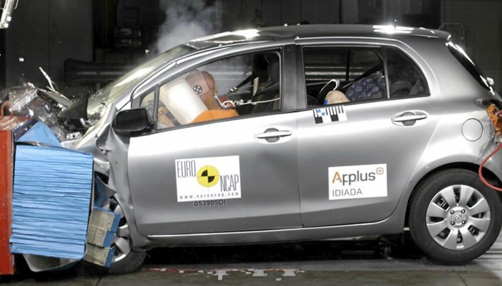 YARIS: Dette er fra Euro NCAP-krasjet av Toyota Yaris, på videoen i bunn kan du se et krasj i praksis mot en stor Volvo.