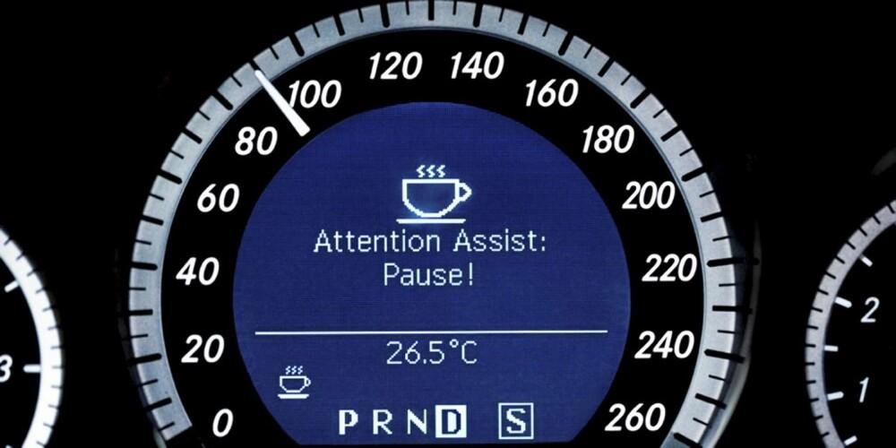 SØVNVARSEL: Attention Assist varsler med en kaffekopp, når systemet mener å registrere at føreren er blitt trøtt.