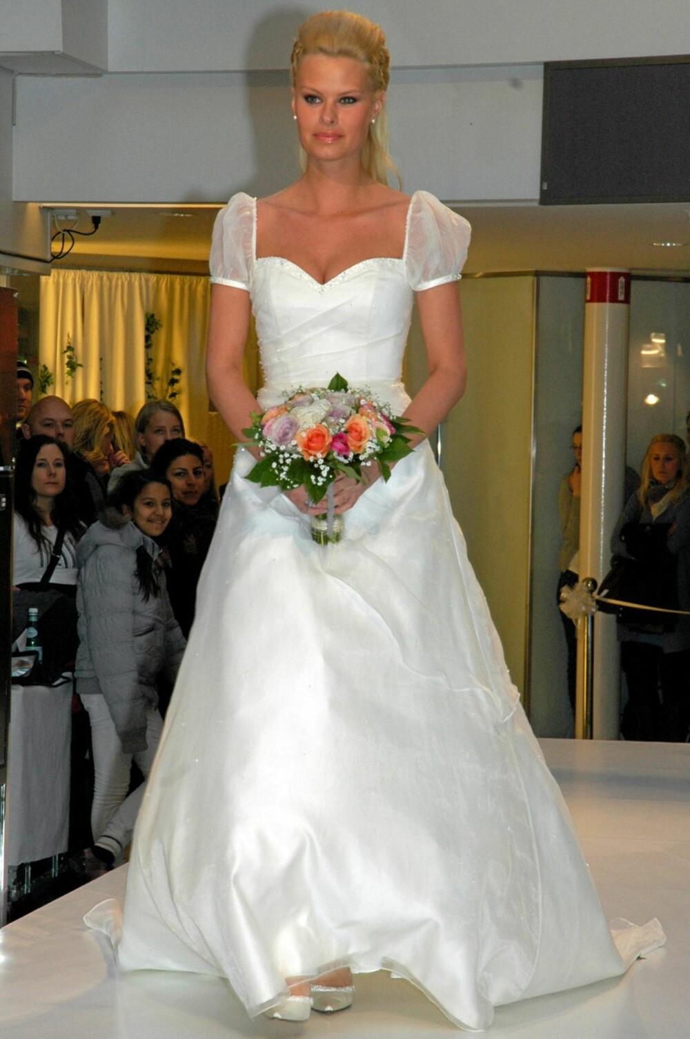 b70361b49318 BRUDEMOTE  Slik skal brudekjolene se ut denne våren og sommeren.