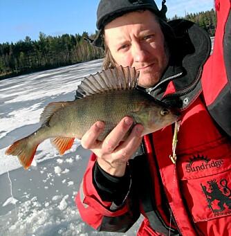 LANGEN: Kanskje det fineste fiskevannet i Ski. Den lange, smale innsjøen byr på mange plasser med muligheter for stor abbor. Artikkelforfatteren med en 8-hektos tatt på balansepilk i februar.