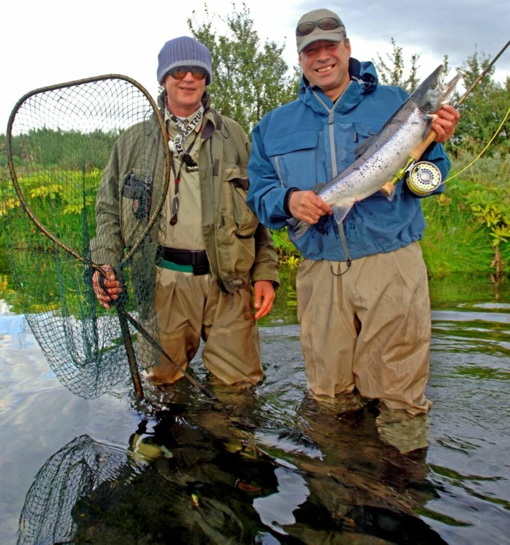 LAGBILDE: Den første laksen ble landet etter et godt samarbeide mellom fisker og guide. Et tøft team, ikke sant?