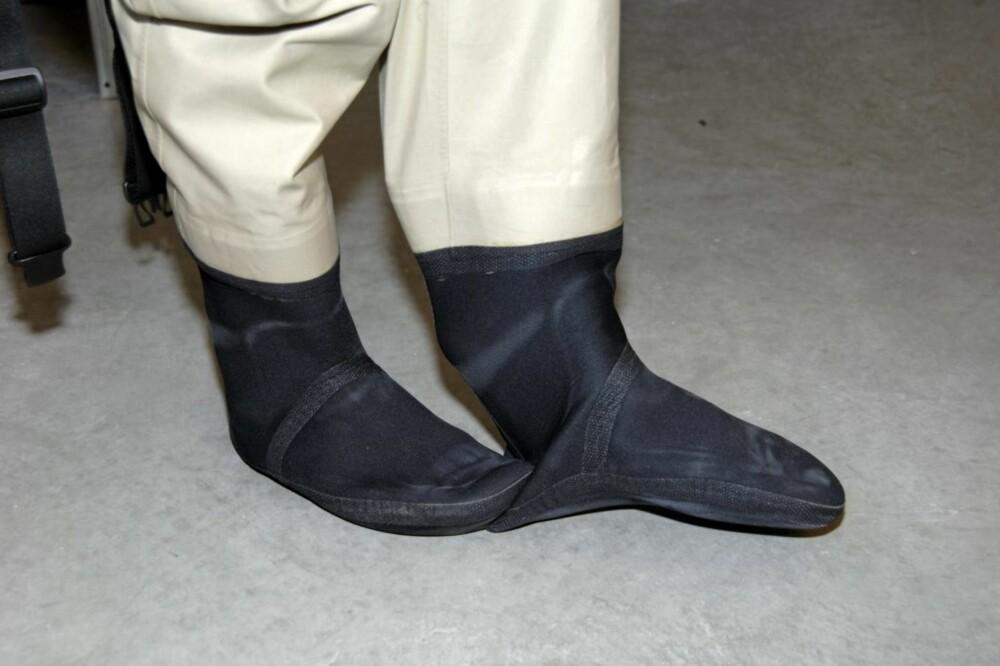 AKILLES: Ikke trå på neoprensokkens hæl for å få av deg vadebuksa. Det er som å be om lekkasjer.