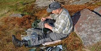 FLUEBINDING: Ta med bindeutstyret på fisketuren, så kan du binde den optimale flua der og da. (Foto: Bjørn M. Pettersen)