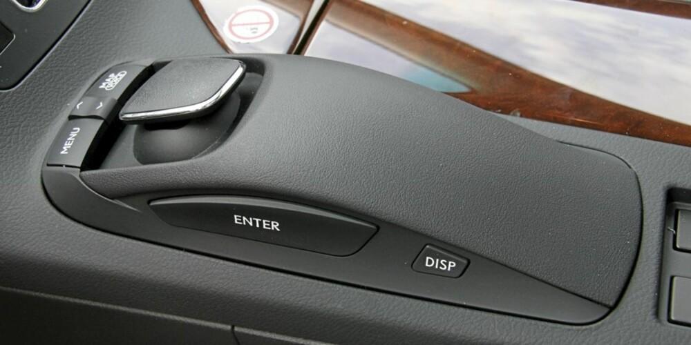 MANGE AV innstillingene, for eksempel det som har med navigasjon og stereoanlegg å gjøre, styres med denne datamus-inspirerte saken mellom setene. Den er enkel å bruke, både for fører og passasjer.