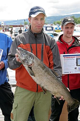 VOKSEN: Terje Østerud med sin ørret på 7,85 kilo. Det er mye og stor ørret i vår største innsjø.