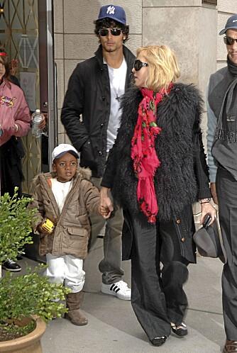 Madonna, Jesus Luz og David Banda kommer ut fra Kabbala-tempelet på Manhattan.
