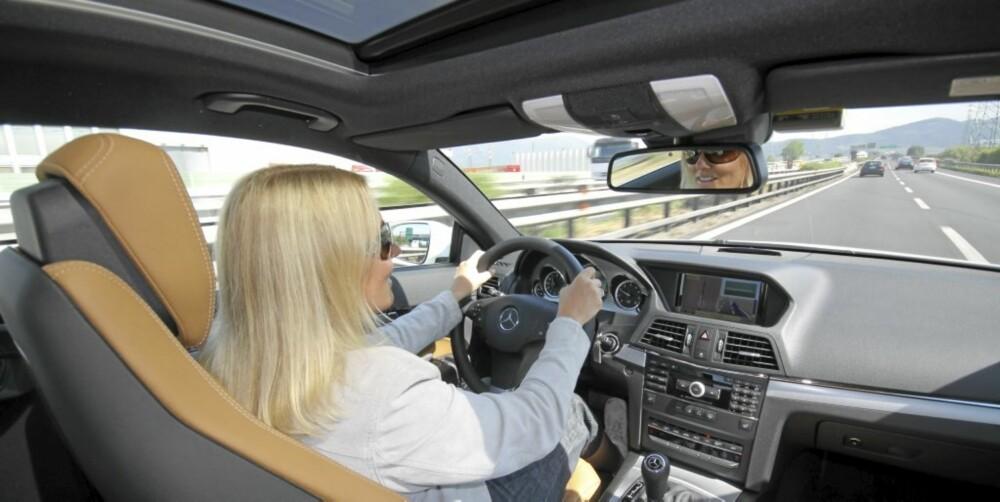 MORO PÅ MOTORVEI: Mercedes E Coupé E500 får utfolde seg ved lanseringskjøringen.