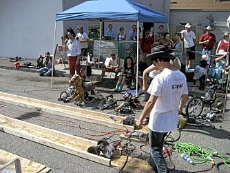 RACE: Deltagerne konkurrerer på to spor laget av plater og bord