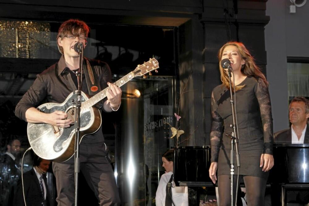 SANG DUETT: Pia Tjelta opptrådte sammen med Morten Harket på scenen under kjøpesenteråpningen.