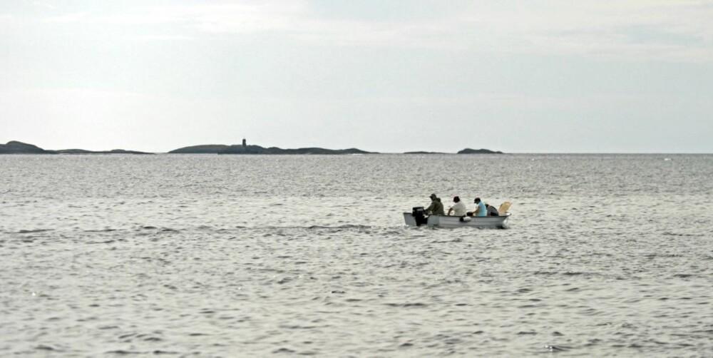 UTEN VEST: Her går det rett vest uten redningsvest, med fire voksne mannfolk i åpen båt.