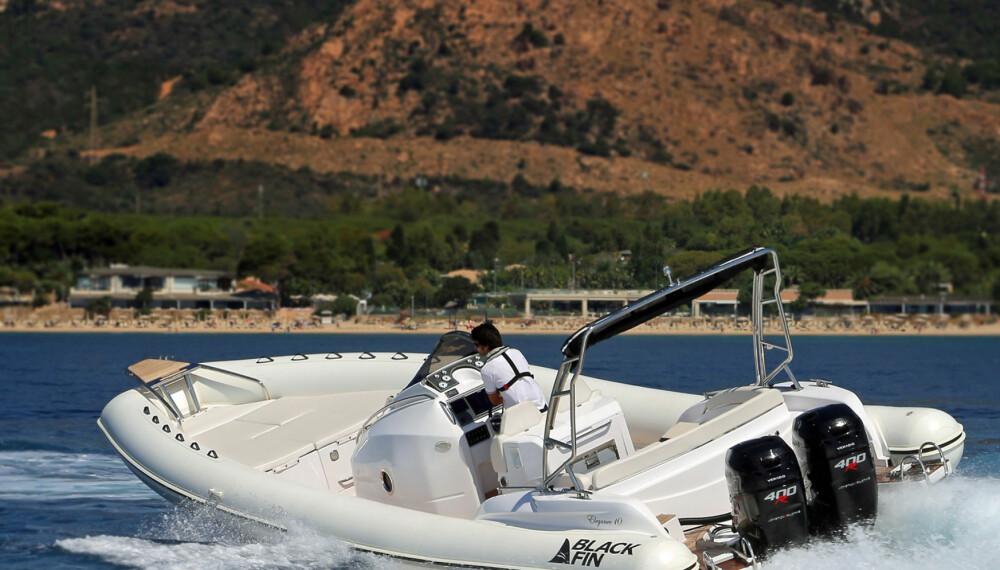 GRRR: De to Verado 400 R synger vakkert og få, hvis noen, båtmotorer går like elegant på 7000 o/m (FOTO: Terje Bjørnsen).