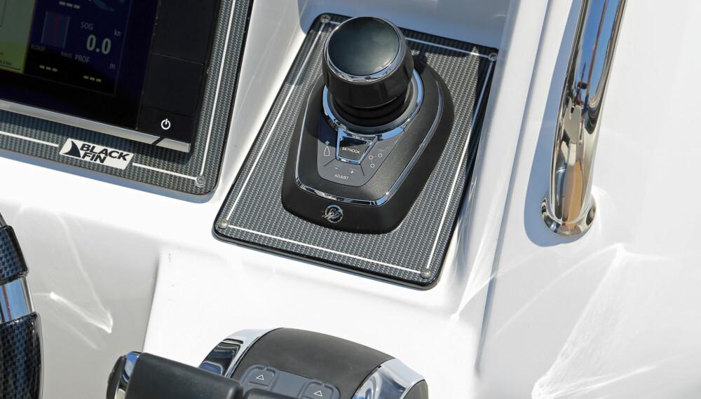 JOYSTICK: Med to utenbordsmotorer på hekken er ikke joystick bare forbeholdt store innenbordsmotorer (FOTO: Terje Bjørnsen)