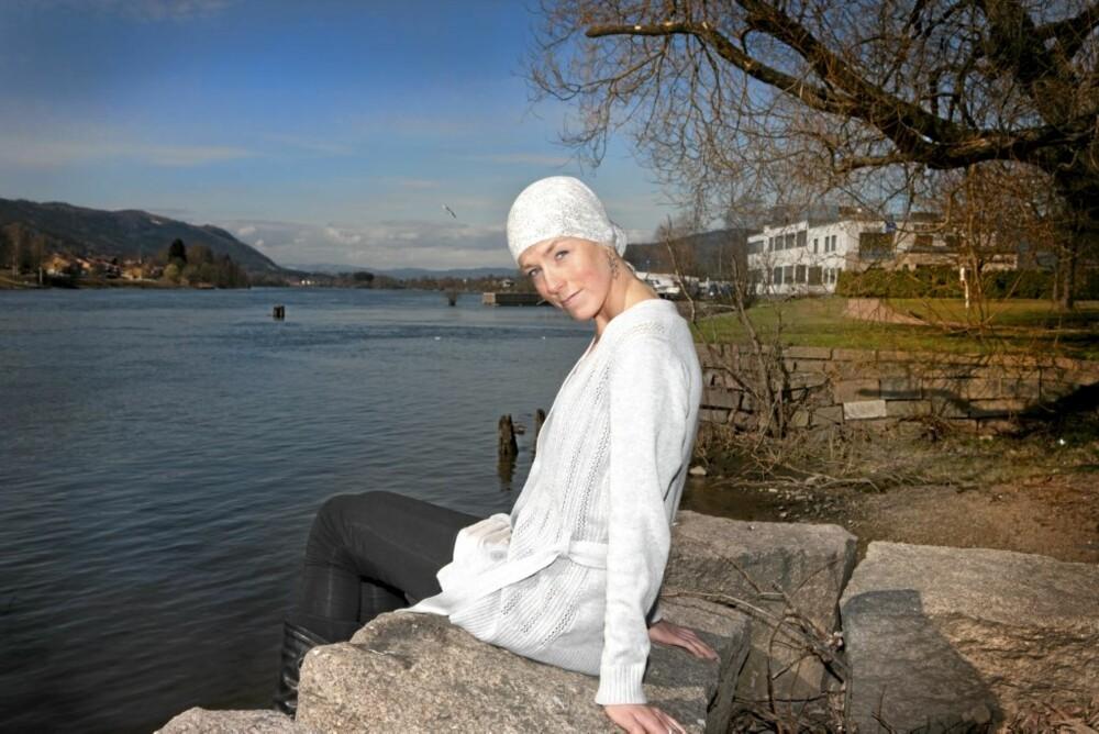 Maren-Sofie synes det hjelper å være ute i finværet, selv om kreftbehandlingen har gjort henne lyssky.