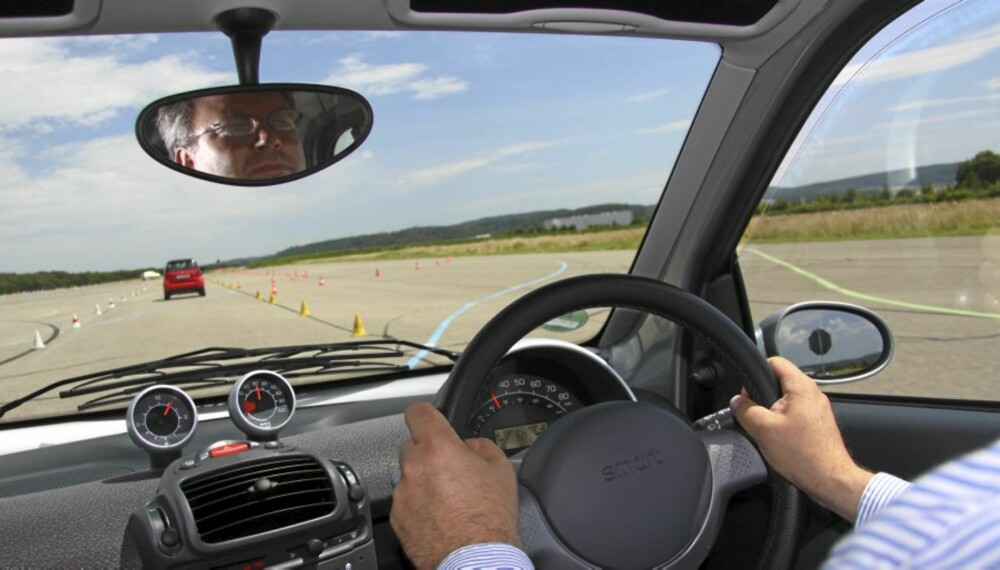 HØY SPENNING: Å kjøre elektrisk Smart på bane får fram horn i pannen og amerikansk lyd i svingene.