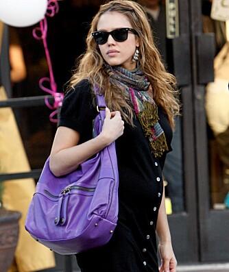 IT-VESKE: Jessica Alba har kjøpt sin nye lilla favorittveske fra Gerard Darel på Rumor.