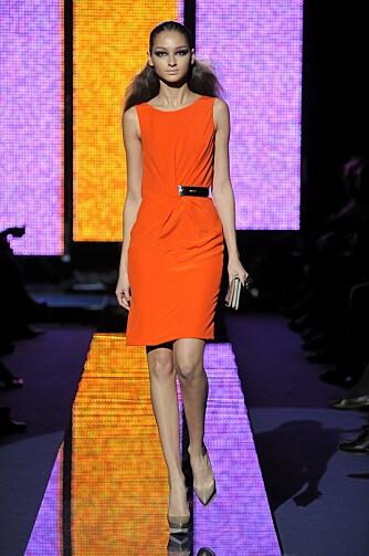 ORANSJE: Versace er en av motehusene som går for sterke farger til høsten, deriblant oransje.