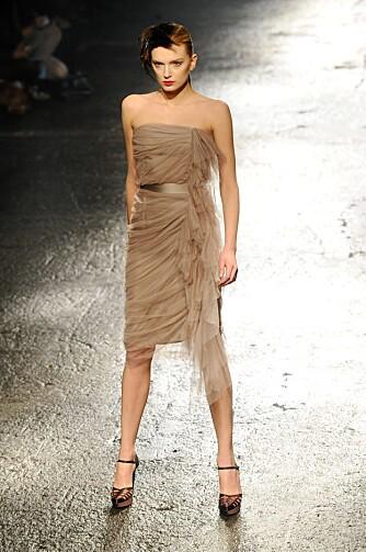 CAFFÈ LATTE: Lanvin går for en mørkere hudtone på sin kjole, à la caffè latte.