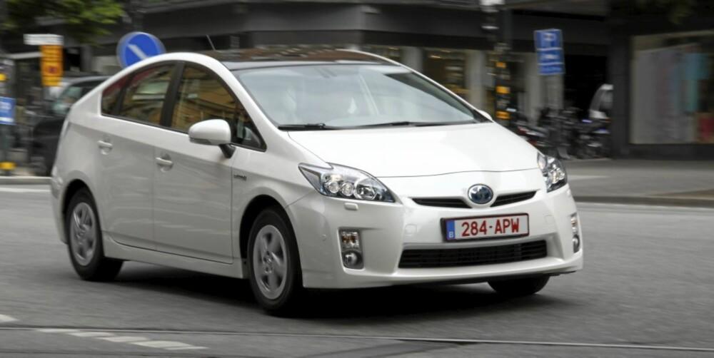 KJØREDYNAMIKK: Prius III er i likhet med sin forgjenger en riktig kjapping i bytrafikken om nødvendig, men inspirerer aller mest til å kjøre på ren eldrift.