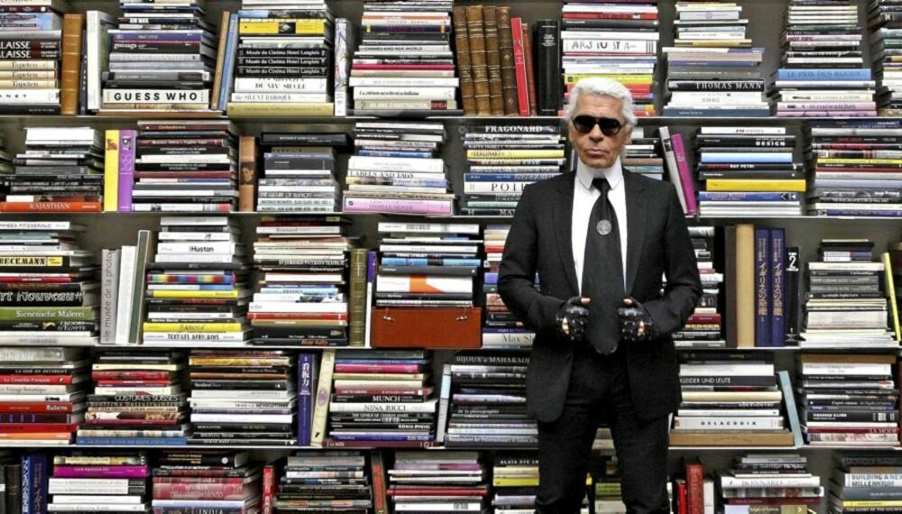 VED BOKHYLLA: Karl Lagerfeld i sitt studio i Paris.