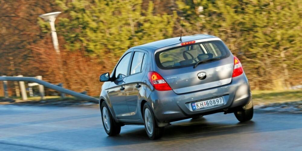 KJØRER TRYGT: Hyundai i20 kjører forutsigbart og er veldig kontrollerbar. Selv på guffent vinterføre.