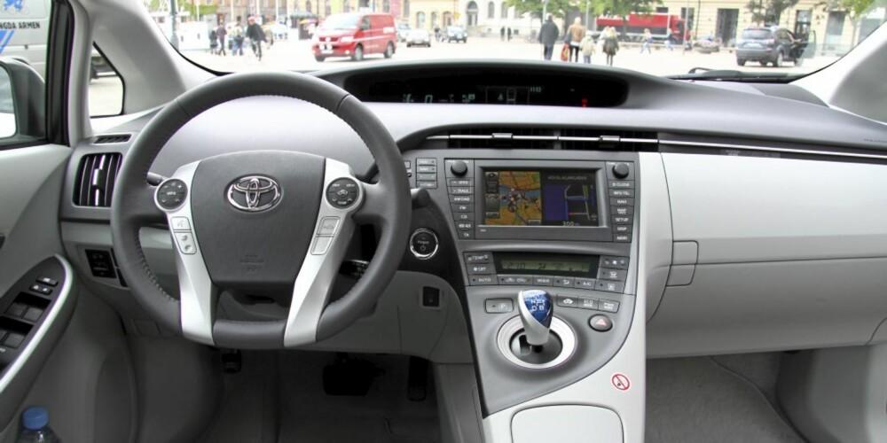 HYGGELIG UTSIKT: Toyota-hybriden er en såre enkel og komfortabel bil å kjøre. Førerplassen er både komfortabel og elegant.