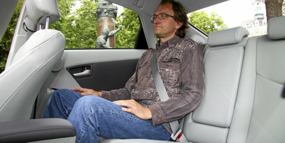 BEDRE PLASS: Prius III har vokst både i lengde og bredde - og i høyden over passasjersetet.